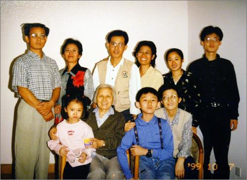 这是姚新宁一家在1999年10月7日的一张全家福